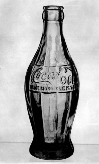 La primera botella con curvas.