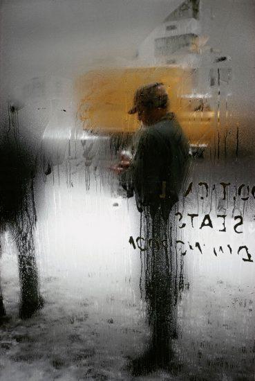 La fotografía de Saul Leiter en donde el cristal o los elementos intermedios son también protagonistas